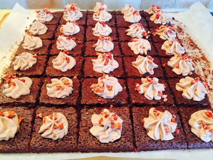 Ett måste när chokladbegäret sätter in  Följ gärna Fia Bakar på Facebook och fia_bakar på Instagram  300g smör 3,5dl strösocker 4ägg 2,5dl vetemjöl 1dl kakao 1,5tsk bakpulver  Ugn 200…