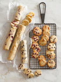 Préparer une pâte à cookie puis la rouler dans un cellophane. Congeler 30 mn avant de couper. Cuire.