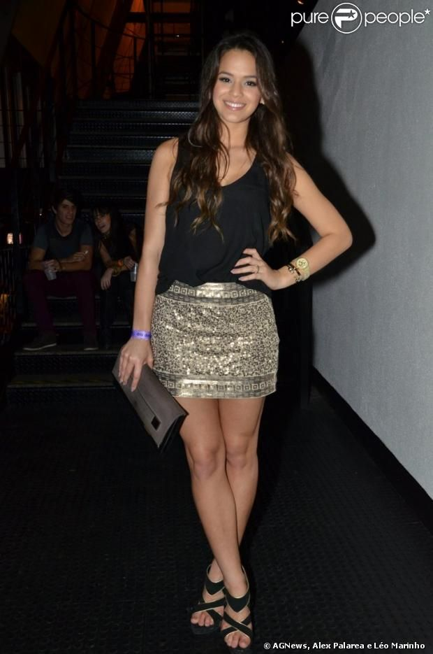 Bruna Marquezine escolheu um look preto e dourado para curtir o show de Anitta ao lado da cunhada, Rafaella Beckran