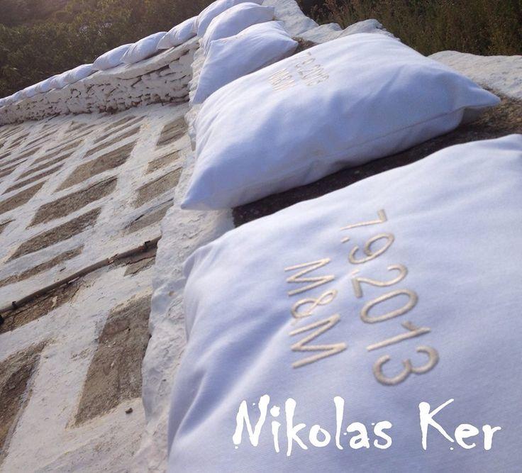 Λευκές μαξιλάρες με κεντημένα τα μονογράμματα του ζευγαριού στόλιζαν τα νησιώτικα πεζούλια της εκκλησίας! www.nikolas-ker.gr
