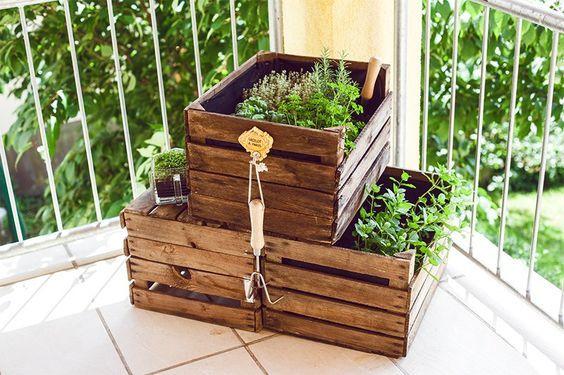 DIY Kräutergarten aus Weinkisten für den Balkon Diy