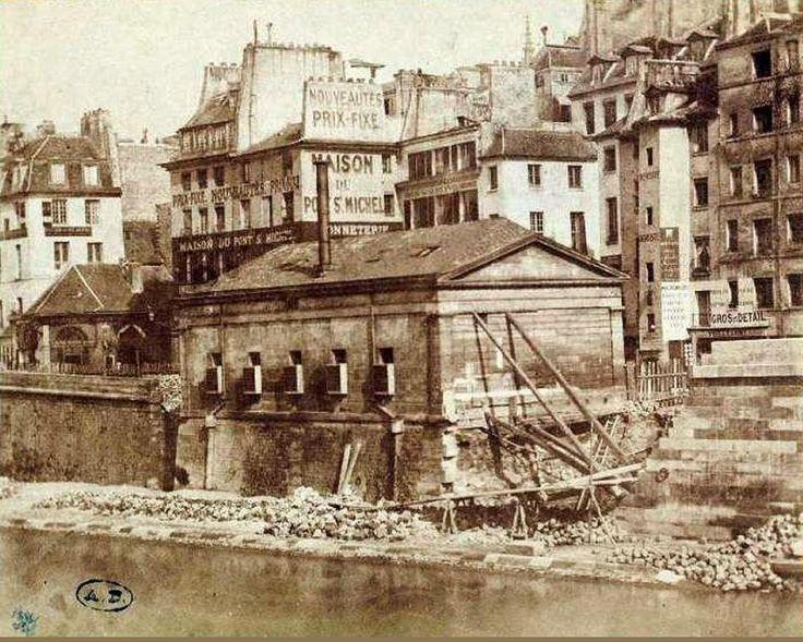 Le quai du Marché-Neuf vers 1855 avec, au centre, l'ancienne morgue. Une dizaine d'années plus tard s'élèvera à cet endroit la nouvelle Préfecture de Police. Une photo de Henri Le Secq (1818-1882)  (Paris 4ème)