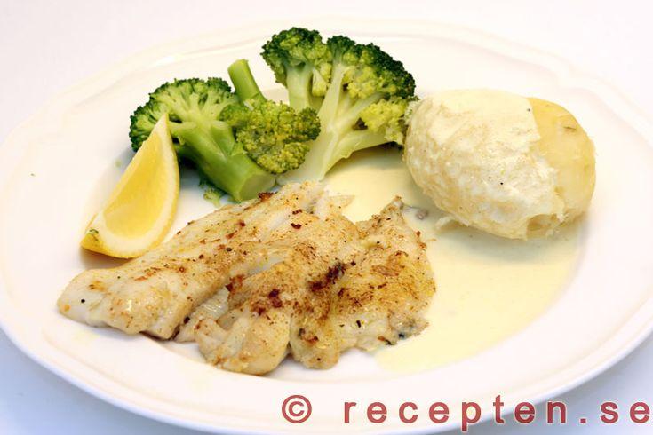 Rödspätta med citronsås - Recept på rödspätta med citronsås. Mycket gott och enkelt. Stek fisken, salta och peppra. Gör citronsåsen.