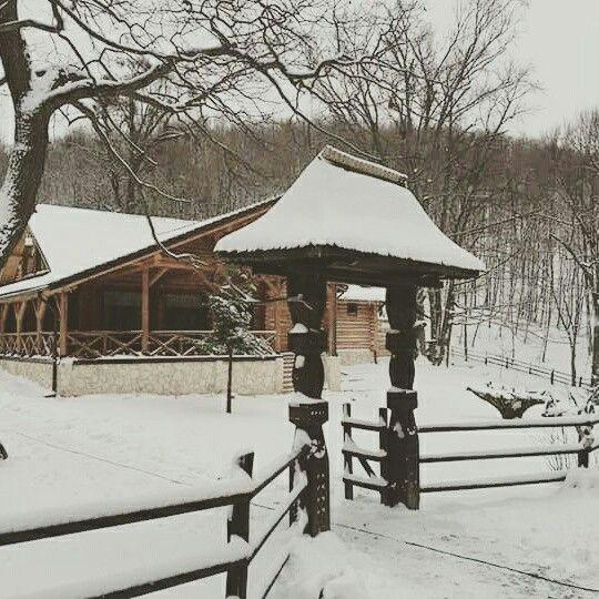 Cabana traditionala #cabana #cabanaizvoranu #rustic #traditional #cabanamunte #buzau #munte #iarnaromaneasca #zapada #iarna #pensiune