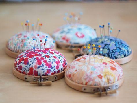 Les Fusettes - Ateliers et patrons de couture à Metz: DIY : le coussin à épingles (Pincushions made from embroidery hoops.)
