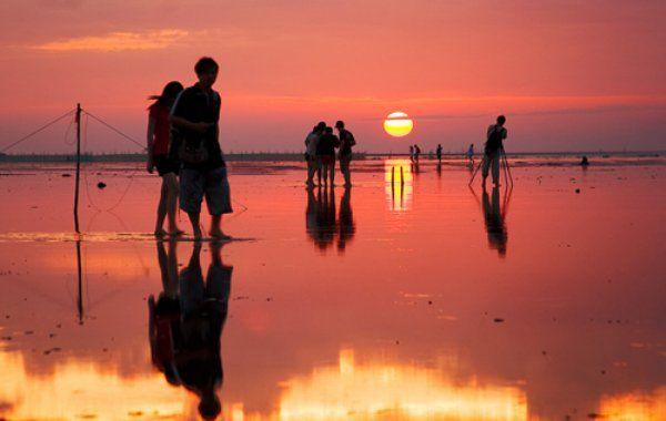 """台湾にある、もうひとつのウユニ塩湖。""""高美湿地""""で天空を歩く MERY [メリー]"""
