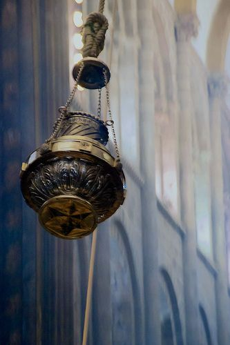 ¿Sabías que el Botafumeiro salió disparado en varias ocasiones? El día del Apóstol de 1499, mientras honraban a la princesa Catalina de Aragón, el Botafumeiro salió volando y se estampó contra la puerta de Platerías. Y el segundo incidente tuvo lugar el 23 de mayo de 1622, cuando la cuerda se rompió y el Botafumeiro cayó contra el suelo. Afortunadamente nadie resultó herido.