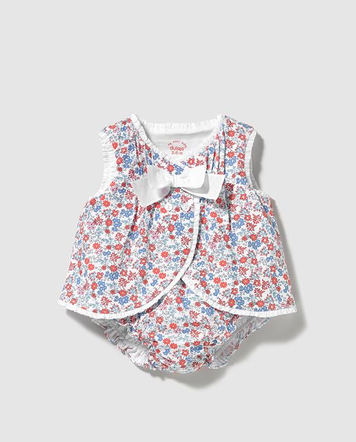 Conjunto con estampado de flores formado por una blusa sin mangas y cierre cruzado de botones. Adorno de lazo. Short bombacho a conjunto.