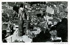 Luchtfoto met Ziekenhuis De Weezenlanden en omgeving, onder meer het politiebureau en het OLM-kantoor aan het Groot Wezenland. Het verpleeghuis met de rode zonneschermen is in 1984 in gebruik genomen, bouwfase IV tussen het ziekenhuis en het verpleeghuis, met onder meer poliklinieken, in 1988. De oude bijgebouwen bij de parkeerplaatsen zijn een paar jaar later afgebroken. Op de achtergrond een deel van het centrum, met Sassenpoort, Bethlehemkerk en Broerenkerk, daarachter de wijken…
