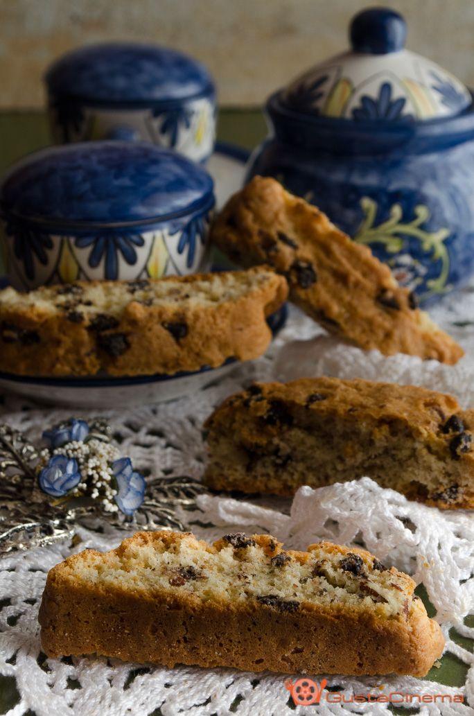 Biscotti alle mandorle con gocce di cioccolato deliziosi dolcetti di pasta frolla, semplici da preparare e davvero gustosi bagnati in una tazza di latte caldo.
