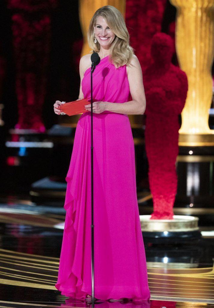 8e40a7dac Beleza de Julia Roberts se destaca no Osca 2019 - Com um vestido da grife  Elie Saab