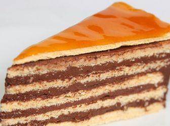Dobostorta recept fotókkal: A dobostorta hungarikum, megalkotója Dobos C. József (1847-1924) híres pesti cukrászmester volt. Amikor 1884-ben elkészítette a róla elnevezett édességet, célja az volt, hogy olyan tortát készítsen, amely a kor kissé elmaradott hűtési technikái mellett is hosszú ideig fogyasztható és élvezhető marad. Egyes szakemberek számára fontos szempont, hogy a Dobostorta eredeti recept alapján készül-e, vagy sem - egyébként semmi jelentősége. http://aprosef.hu/dobos_torta