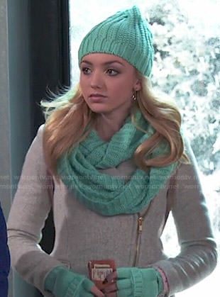 Emma's grey zipped coat and turquoise gloves, scarf and beanie on Jessie.  Outfit Details: http://wornontv.net/47780/ #Jessie