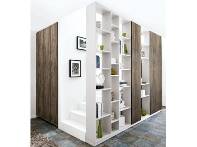 l'escalier caché et habillé par une bibliothèque (a la fois déco / rangement / isolation phonique)