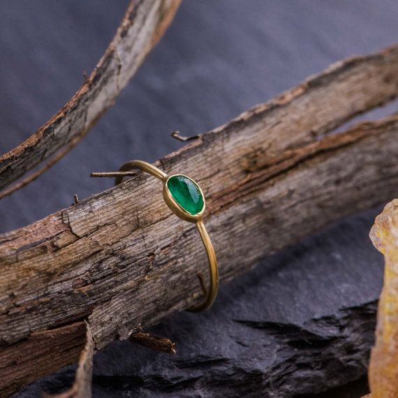 Subtile Solitaire Ring in 14K Yellow Gold with Faceted Rough Cut Natural Green Emerald, 14K Yellow Gold Ring, Emerald Ring, Handmade Ring