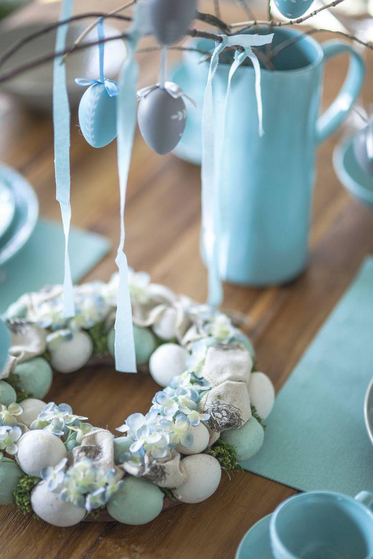http://www.weranda.pl/urzadzamy/dekoracje/stroiki-wielkanocne-galeria-inspiracji?ai=4 Turkusowy stroik świąteczny #święta #wielkanoc #Wielkanocny #stroik #dekoracyjny #turkus #stole #stół #zastawa #ozdoby #świąteczne #pisanki #kwiaty #wstążka #niebieski #pastele #dekoracja #dekorowanie #stołu