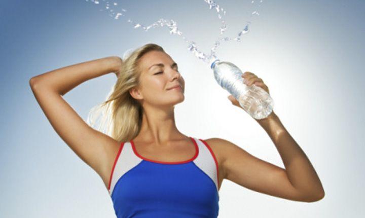Consejos de como beber agua al correr, como beber agua corriendo, hidratarse en carreras de fondo y que beber después de correr.