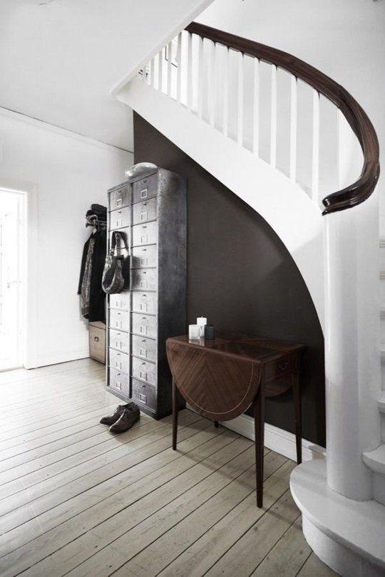 halbrunde Treppe weiß/schwarz