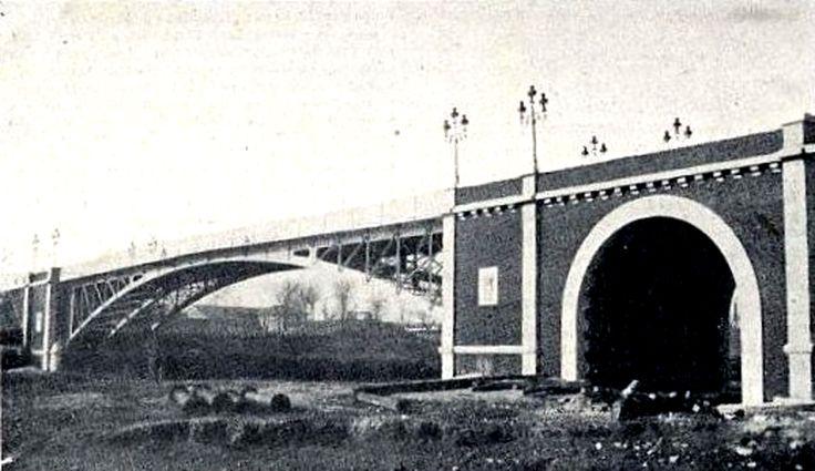 En 1909 se inauguró el puente de la Princesa o de Andalucía que unía Legazpi con la hoy glorieta de Cádiz, en la salida a Andalucía, realizado por el ingeniero Machimbarrena en hierro, pero pronto quedo pequeño por el aumento de la circulación y fue sustituido en 1929 por otro de hormigón, que a su vez fue sustituido por la anodina plataforma actual dentro de la operación Madrid Río.