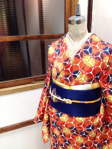 東雲色の亀甲に、色とりどりの三割菊が華やかに彩る典雅な気品ただよう綸子袷着物です。