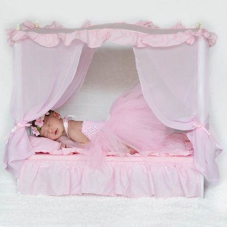 Camita madera blanca con dosel y cortinas rosas lleva a - Dobladillo cortinas ...