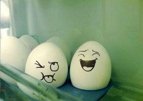 lächelndes gesicht-auf ostereier-mit stift-zeichnen