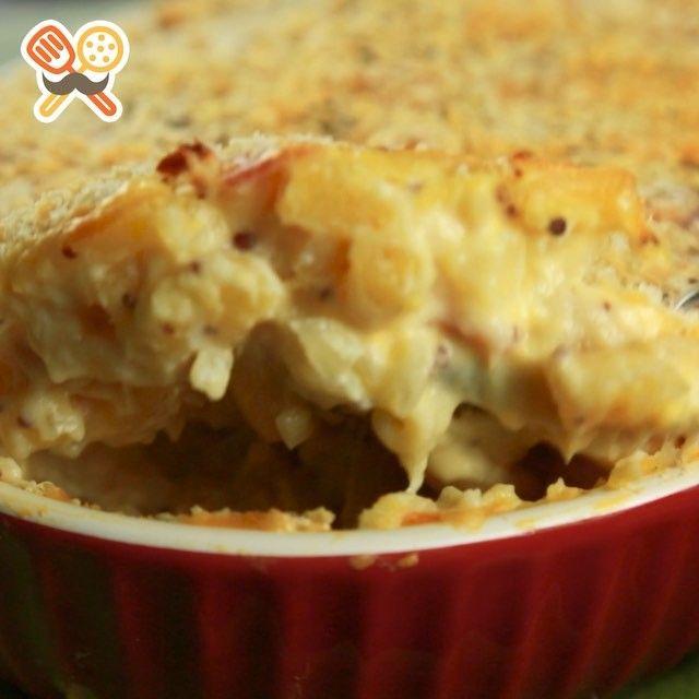材料 2〜3人分 ・マカロニ 200g ・ベーコン 4枚 ・たまねぎ 1/2個 ・小麦粉 大さじ3 ・パン粉 大さじ3 ・粒マスタード 大さじ2 ・牛乳 500ml ・塩 小さじ1/2 ・オリーブオイル 適量 ・クリームチーズ 50g ・スライスチェダーチーズ 4枚 ・ブラックペッパー 少々 ・粉チーズ 適量  作り方 1.たまねぎを粗みじんにカットし、ベーコンは約5㎜幅にスライスする。 2.フライパンにオリーブオイルをしき、1を加え中火で炒める。 3.小麦粉をふり入れ炒め、混ぜる。 4.牛乳を少量ずつ注ぐ。 5.粒マスタード、塩、マカロニを加え、混ぜ合わせる。 6.ふつふつしたら弱火にして蓋をし、何回か混ぜながらマカロニを固めに茹でる。 7.クリームチーズ、スライスチェダーチーズを加えて混ぜる。 8.7を耐熱皿に入れ、粉チーズ、パン粉を散らす。 9.180℃に予熱したオーブンで約20分焼く。 10.ブラックペッパーを振りかけて完成!