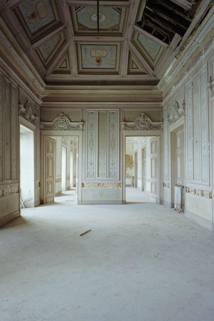 A beleza dos salões é visível na sala Pompeiana, apesar do abandono a que foi votado o Palácio da Rosa