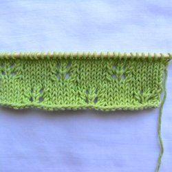 Le tricot ajouré comme le point de madère sert à créer des petits trous formés par une alternance de jetés et de diminutions. Le point semi ajouré se tricote sur 10 + 2 mailles lisières de chaque côté.