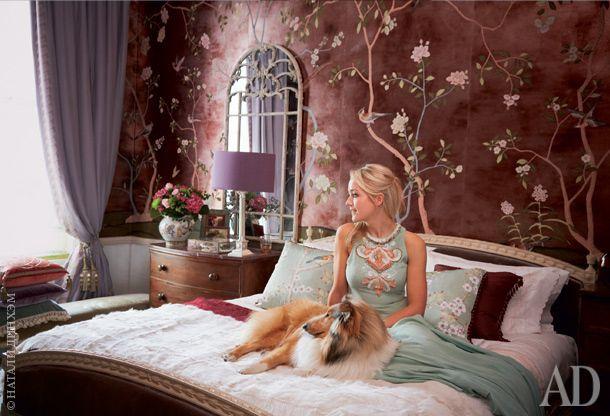 """Ханна Сесил де Гурне всвоей спальне с собакой по кличке Джимини Крикет (в честь Сверчка из""""Пиноккио"""")."""