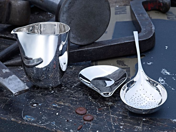Juego de Té Lotus: Esta colección incluye la tetera Lotus, la cuchara filtro de té, la base de ésta y una pequeña jarra de plata, así como vasos para beber o para almacenar pequeños objetos. La colección hace referencia al uso histórico de la plata sólida como material perfecto para las bebidas. #TANE #BodoSperlein #colaboración #orfebrería #plata #hechoamano http://www.tane.com.mx/coleccion-bodo-sperlein/