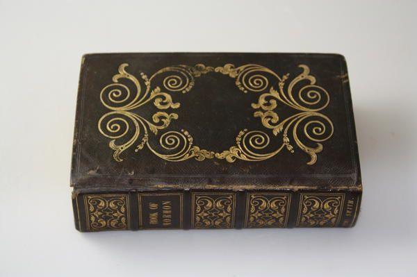 Se halla el ejemplar histórico de Emma Smith de 1841 del Libro de Mormón - http://biblicomentarios.com/noticias-sud/se-halla-el-ejemplar-historico-de-emma-smith-de-1841-del-libro-de-mormon/?utm_source=Pinterest&utm_medium=Biblicomentarios&utm_posttitle=Se+halla+el+ejemplar+hist%C3%B3rico+de+Emma+Smith+de+1841+del+Libro+de+Morm%C3%B3n