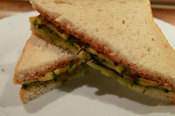 Sandwich cu Sos de rosii, pesto si felii de dovlecel si vinete la grill