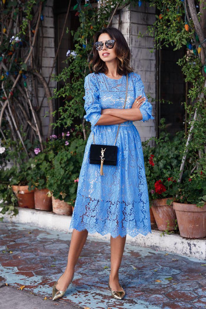Vestido midi super feminino de renda azul. A sapatilha de bico fino dourada, acrescenta requinte ao visual, e não perde nada para um sapato de salto no quesito glamour.