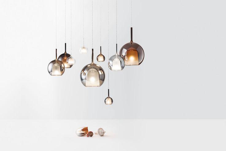 Lampada a sospensione componibile in Pyrex Disponibile anche come lampada da terra e da tavolo. Lampada con struttura in metallo cromato lucido e vetro: diffusore esterno trasparente, iridescente oro e argento. Diffusore interno sabbiato.