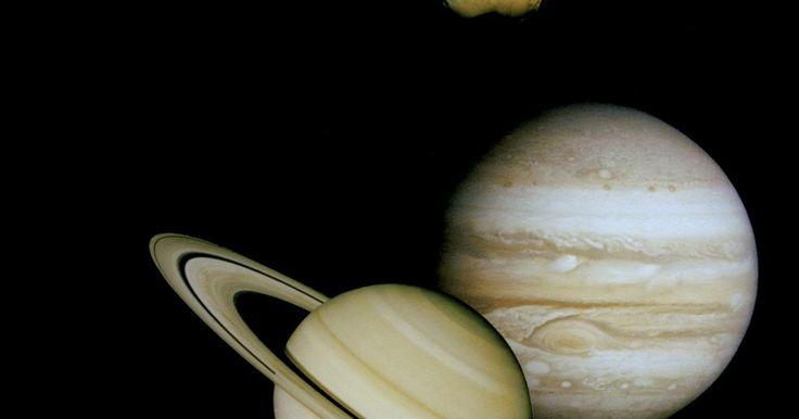 Pintando bolas de isopor como planetas