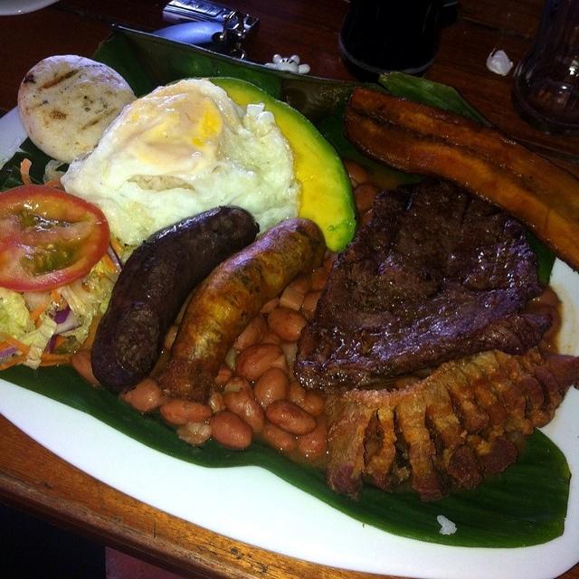 Tipico (Bandeja paisa!) Comida colombiana.