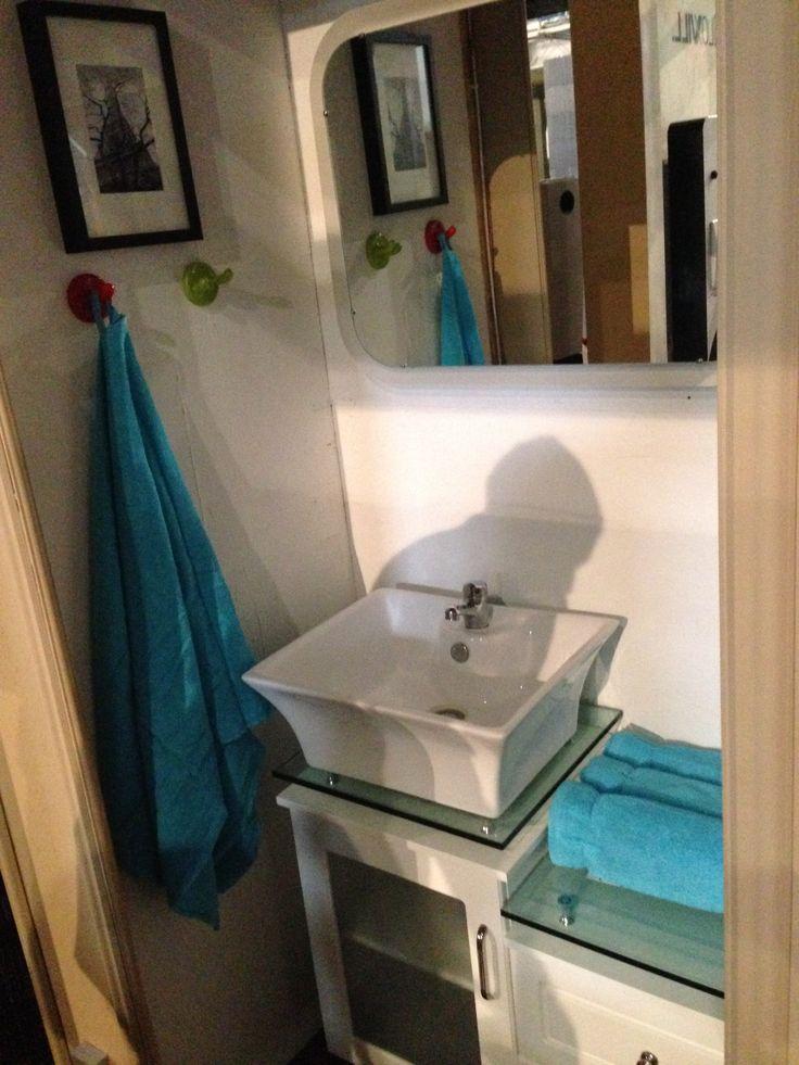 A fürdőszoba másik nézetből. Egy gombnyomásra kapcsolt a világítás és a zene.
