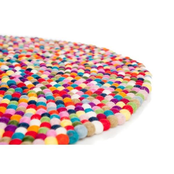 Rond tapijt van viltkralen. Kijk voor vilt en viltkralen eens op http://www.bijviltenzo.nl