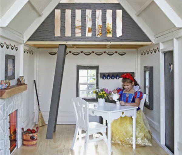 intérieur magique d'une maisonnette et une fausse cheminée et imitation de mur en pierres