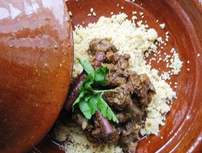 Marokkansk tagine med oksekød med tilbehør af spinat og pinjekerner