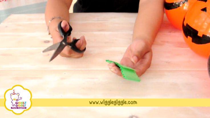 5. Ambil kertas craft berwarna hijau, lalu potong potong sehingga terlihat seperti rumbai rumbai