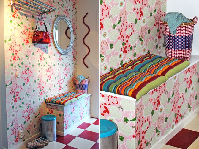 Mönster- och färgchock i hallen. Tapten heter Klättervippa och är i design av Hanna Werning, (Boråstapeter)