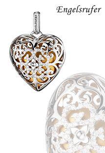 Colgante llamador de ángel de plata de ley con forma de corazón. Bola interior con forma de corazón en color dorado satinado, intercambiable. Corazón de circonitas blancas en motivo floral. Tamaño de 29 milímetros.