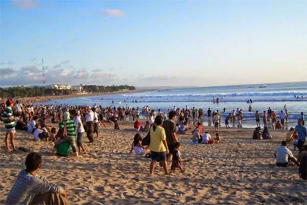 the crowd of visitors in kuta Beach