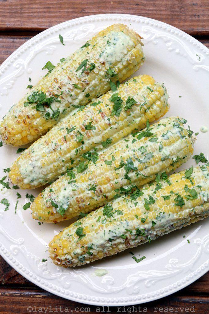 Choclos o maiz fresco a la parrilla con salsa de queso y cilantro