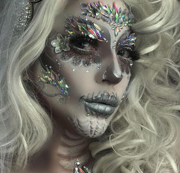 Si quieres lucirte en este halloween, ¡crea efectos especiales en tu rostro con maquillaje! La mayoría de las marcas que te presentaremos son muy accesibles. Amazing Halloween Makeup, Halloween Looks, Spirit Halloween, Halloween Face Makeup, Halloween 2018, Halloween Diy, Glitter Makeup, Glam Makeup, Halloween Drinking Games