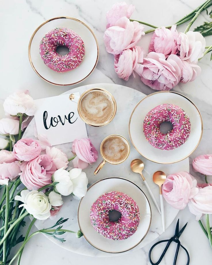 Sharing love. Coffee, donuts and flowers for fresh star of the day. #goodmorning #bomdia #donuts #dessert #coffee #latte #latteart #inspiration #thinkpink #fabfashionfix