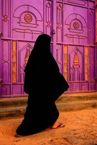 A Yemeni woman wearing a traditional niqab... Tarim, Wadi Hadhramaut, Yemen √