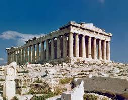 Il Partenone,V secolo a.C,tempio periptero octastilo dorico in marmo Pentelico; parte alta dell'acropoli. Il tempio è dedicato alla dea Atena e la progettazione fu affidata a Callicrate e Ictinio sotto richiesta di Pericle, anche Fidia intervenne nella realizzazione dei rilievi esterni.